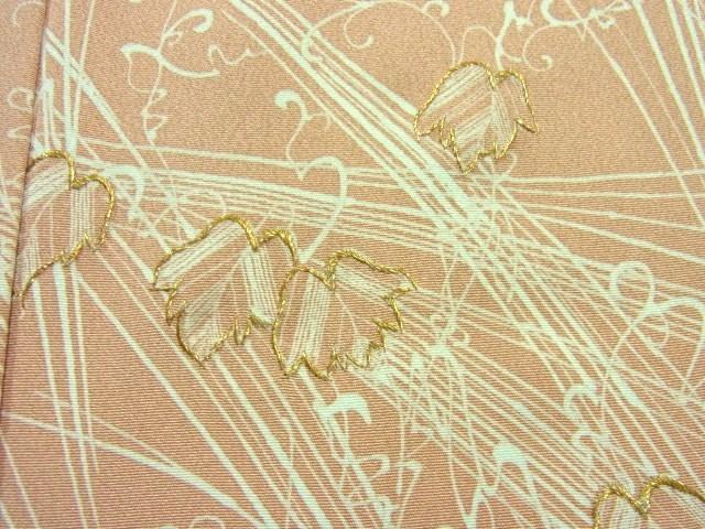 葉の部分は、金属糸で刺繍をしています。
