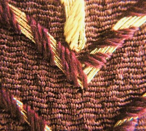 6本金駒取刺繍の上から手綱紐刺繍を掛けています。