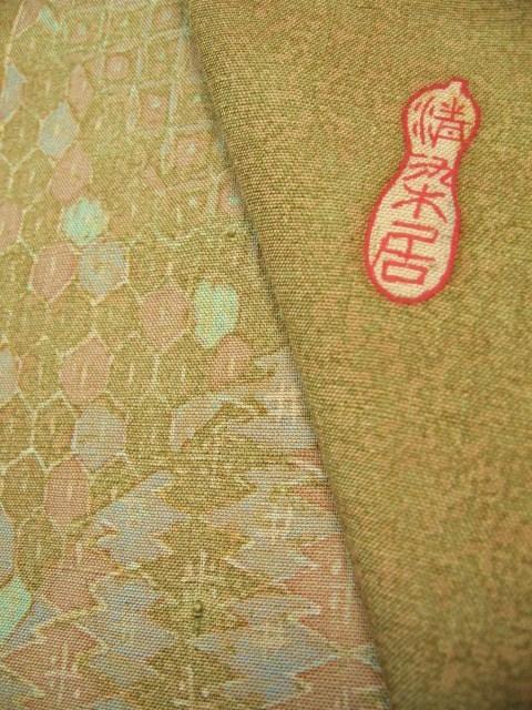落款部分、生地全体に蝋染加工がしてあります。柔らかく張りのある経緯玉繭紬です