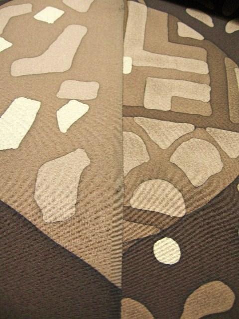 右側が染表、左側が裏です、表の方が何度も蝋を置いたり洗ったりするので色に蝋スレが出ます。