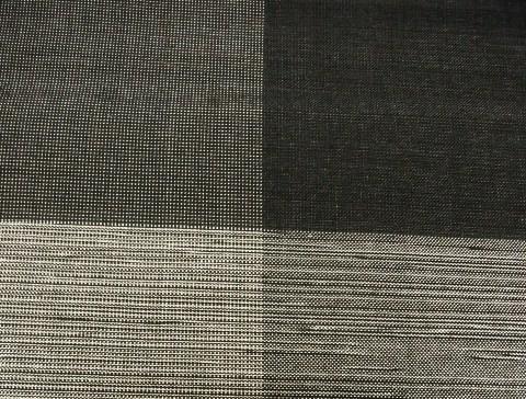 椎木・泥・山藍染の糸が重なり合って4パターンの配色で、大市松になっています