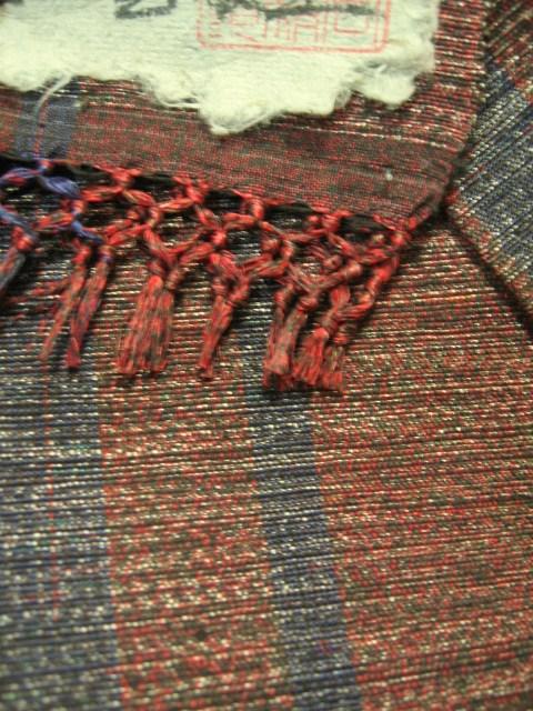 藍や茜で染めた糸は、光線で複雑な色になります。